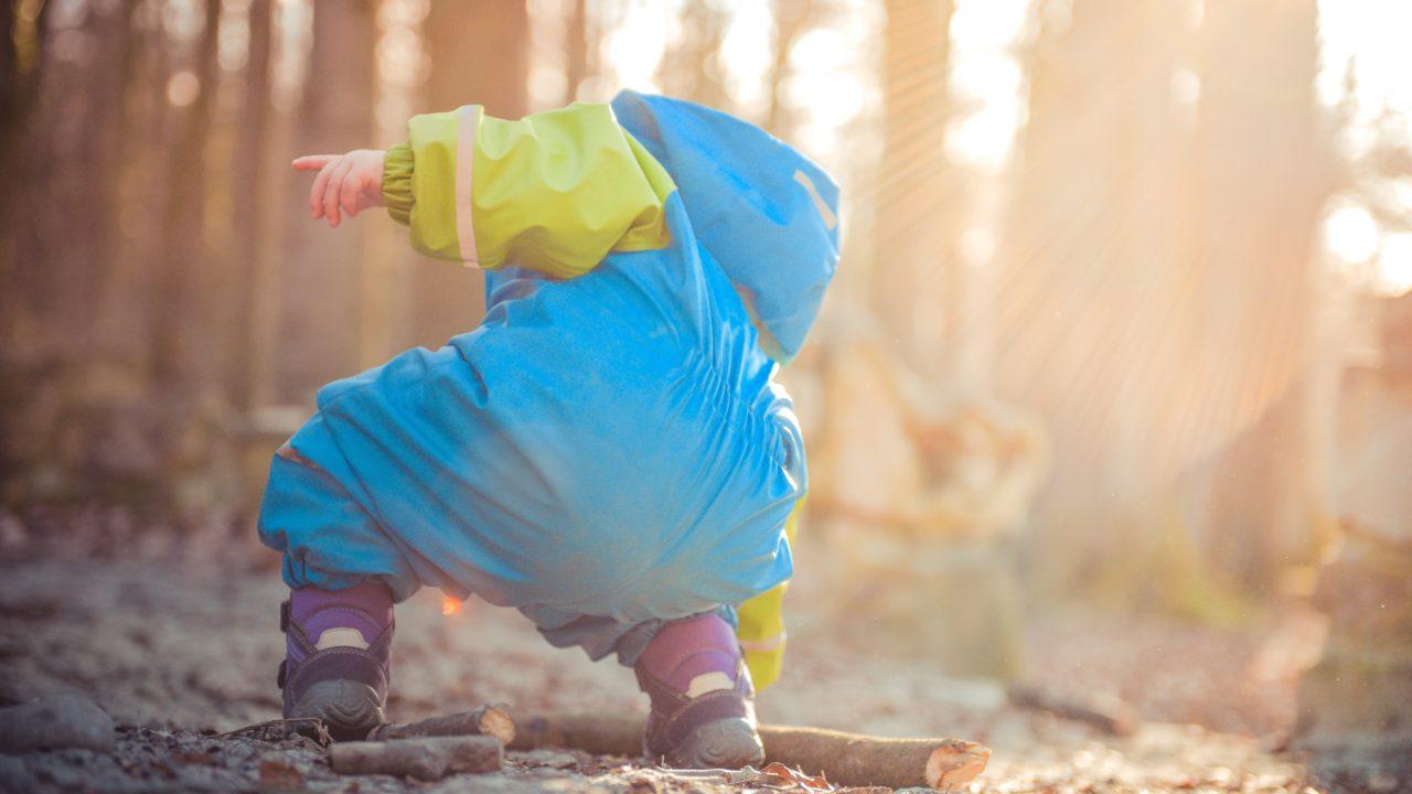 1歳の子どもの膝歩き