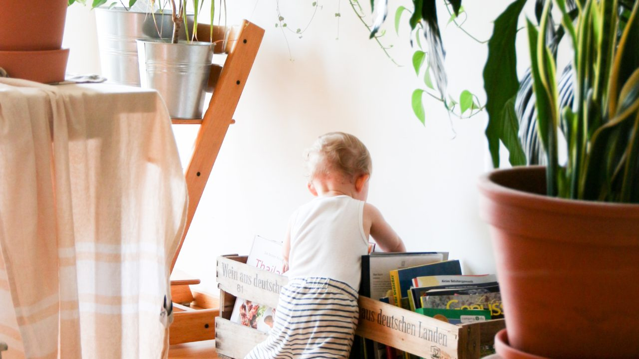 家で遊ぶ子ども